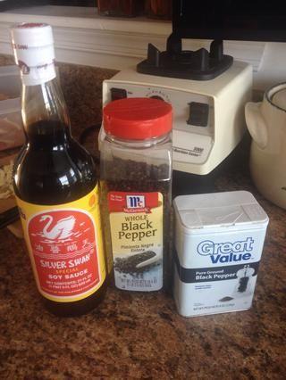 Para el pollo añadir aproximadamente 1/4 taza de salsa de soja (tenga en cuenta la marca Filipino Silver Swan aquí - Te juro que hace la diferencia) un pequeño puñado de granos de pimienta y una pesada rociada de pimienta negro.