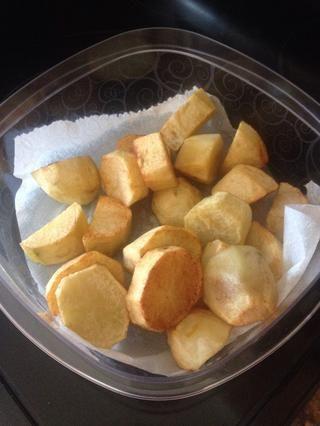 Las papas son opcionales. Se fríen en aceite hasta que estén doradas y añadir al plato al final.