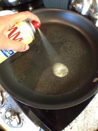 Caliente una sartén grande y cubrir con aceite en aerosol.