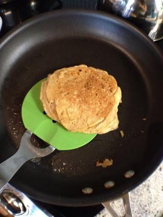 Voltear una sola vez y cocine el otro lado hasta que los panqueques estén dorados.