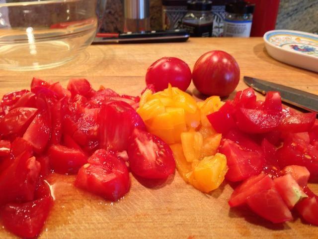 Cortar los tomates en una mezcla de trozos más grandes y 1/2 pulgadas dados. Ponga los tomates en la sartén con la cebolla y el ajo, y cocine a fuego medio durante 15-20 minutos.