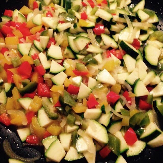 Después de que los pimientos han cocinado durante 10 min echar en los calabacines.