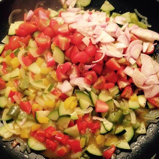 Después de otro cocinar 10 minutos agregar estos últimos ingredientes a la sartén. Durante el tiempo de cocción agregar el agua tanto como sea necesario.