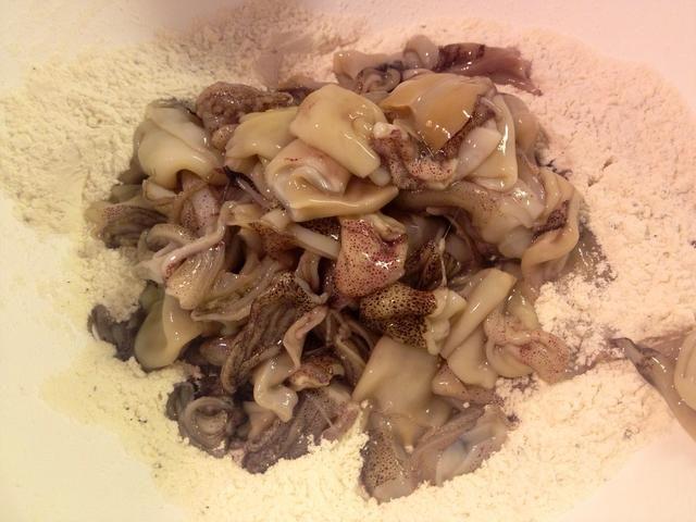 Añadir los calamares a nuestra mezcla de harina.