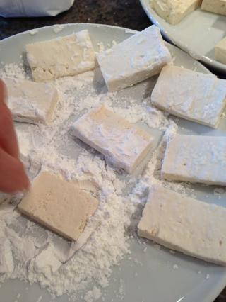 Cubra trozos de tofu en almidón de maíz