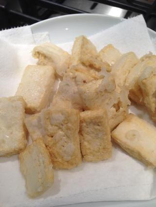 Tome tofu y se puso una toalla de papel