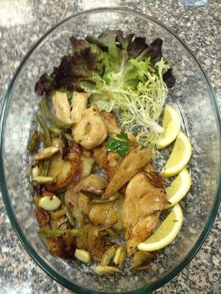 Cuando todo está preparado y listo. Servir en una bandeja de Pyrex. Apriete algunos limones en el plato si quieres. ¡Buen provecho!