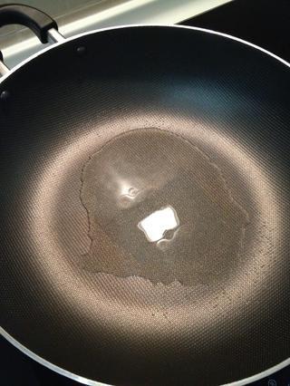 Calentar un wok o sartén a fuego medio hasta que esté caliente, añadir un poco de aceite y agitar alrededor.