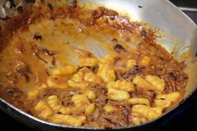Añade tu ñoquis cocidos. Gnocchi se debe cocinar hasta que float..2 / 3 minutos en agua hirviendo con sal caliente. Comience lanzando en torno a que tengas una buena consistencia