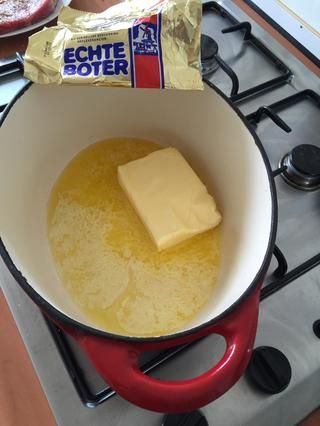 Derretir la mantequilla en una cazuela / sartén