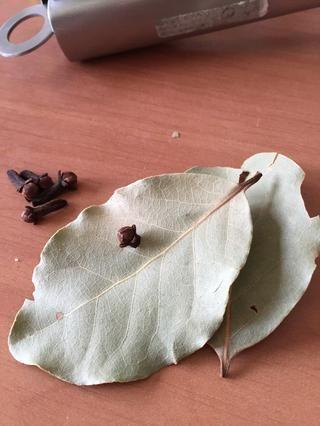 Ponga las calas en las hojas de laurel