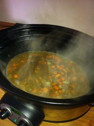 Una vez que la carne picada se dore, poner las verduras de nuevo en la olla, añadir los gránulos de ajo y de valores. En este punto me transfiero a una olla de cocción lenta durante unas horas, pero podría dejar a fuego lento en la cocina durante 30 minutos