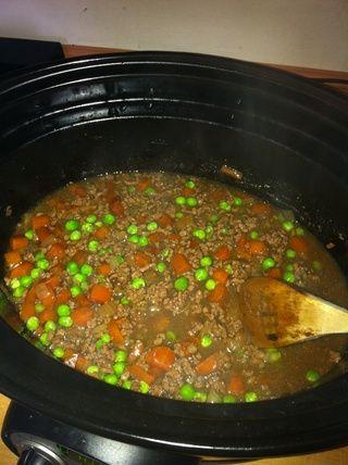Diez minutos antes de servir añadir los guisantes y revuelo congelados.