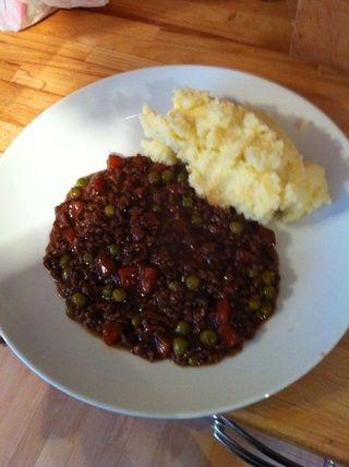 Mash (o arroz) las patatas con la leche y la mantequilla. Sazone al gusto. Servir con un buen par de cucharadas de carne picada y disfrutar.