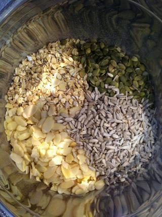 Peso avena, semillas de girasol y de calabaza y almendras en un tazón grande