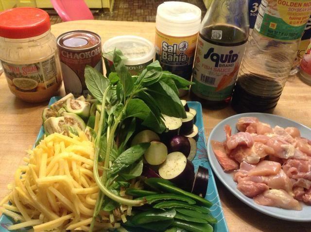 Deslice chile verde berenjena tailandesa y berenjena en trozos pequeños. Preparar el pollo.