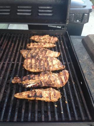 Da la vuelta al pollo y gire el fuego a medio-alto. Cocine el pollo durante 5 minutos. Si quieres que vuelva a comprobar para asegurarse de que se hace, el pollo debe alcanzar una temperatura interna de 165 grados Fahrenheit.