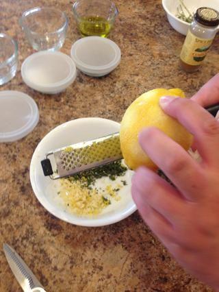 Asegúrese de pasar zesting la zona en el limón tan pronto como usted ve blanco que muestra a través. Basta con activar el limón un poco y seguir adelante hasta que se haga todo el limón.