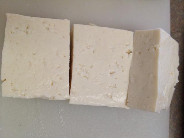 Cortar el tofu en la forma y el tamaño que te gusta