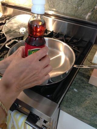 Añadir el aceite de sésamo y hacer que la grasa de pollo
