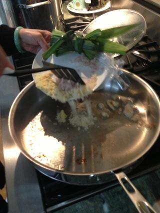 Saque grasa de pollo y freír partes iguales chalotes jengibre ajo en dictada grasa / aceite