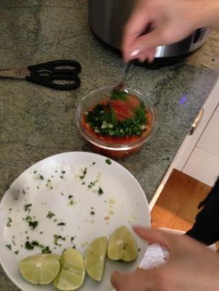 Combine con cilantro