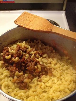 Añadir drenado macarrones a la carne y los tomates y mezclar. Cocine a fuego lento durante unos 10 minutos.