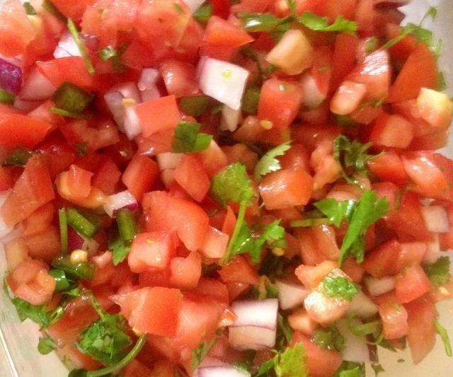 Sígueme en Snapguide o en Facebook para esta receta salsa fresca y otros consejos sobre la alimentación limpia con una familia exigente!