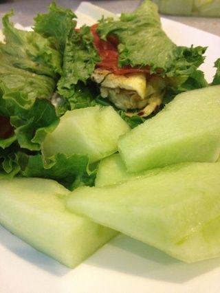 Añadir unas rodajas de melón a un lado y su envoltura verde paleo-friendly huevo salami sano está listo