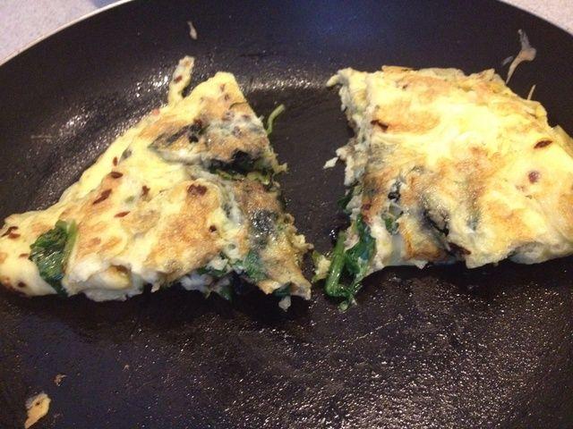 Dobla los huevos en medio y se cortan con la espátula