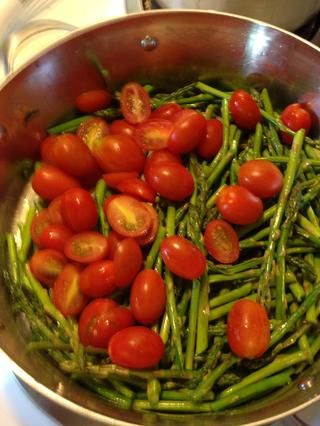 Agregue los tomates y el ajo, cocine otros 5 minutos