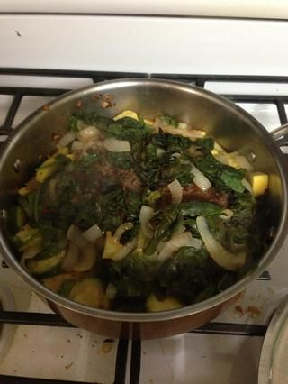Cocine por unos 10 minutos cubierto luego retire la cubierta para permitir que el líquido para reducir cocine hasta que la carne alcanza 120 a 160 dependiendo de cómo te gusta la carne de res cocida.