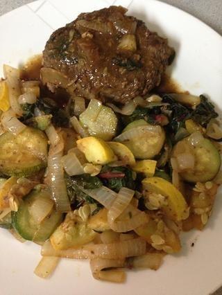 Quitar verduras deformación patty luego colocar el líquido a fuego alto para reducir a una buena salsa espesa.