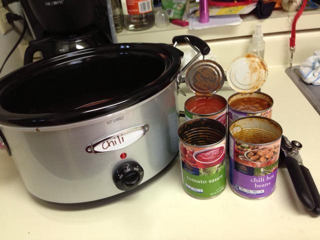 Prepara tu crockpot y abrir sus latas! Puede utilizar pintos, frijoles negros o chile. Yo tiendo a preferir una mezcla de negro y pinto.