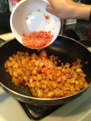 Agregue las cebollas y pimientos. Cocine por un minuto o dos.