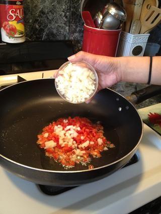 Añadir la cebolla.