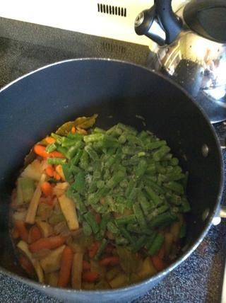 Mientras que los bits de carne son dorar muy bien, añadir las judías verdes a la olla de sopa y les revuelven los chicos malos en ??????
