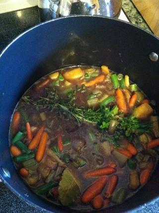 Sumerja el manojo de hierbas a la olla y revuelva. También subir la temperatura a 8 o simplemente un poco. En este punto,