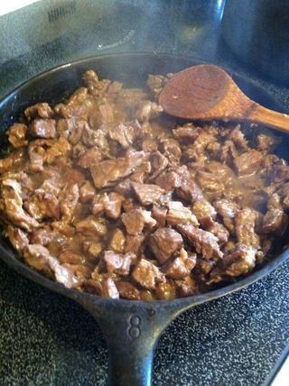 Revuelva hasta pedazos de carne una vez más hasta que haya alguna salsa que ha comenzado a formarse en la sartén ????????????