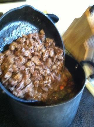 Añadir la cantidad de los bits de carne y salsa en la olla de sopa ... asegurarse de obtener todos los bits de la parte inferior de la cacerola !!!