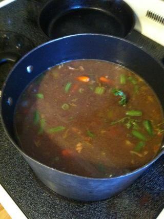 Después de agregar la carne a la sopa, agitar y añadir los primeros 2 puntos de acción. Parece mucho, pero se cocina abajo. Cocine a fuego lento en el medio-alto y cocine por cualquier lugar de 3-6hrs, revolviendo ocasionalmente.