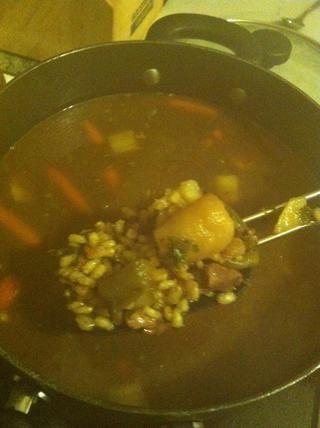 Cuele las papas y agregar a soup..also añadir 3 / 4c de cebada. Llevar hasta ligera ebullición y cocine a fuego lento mientras se agita de vez en cuando. Cocine durante 50-55 minutos o hasta que la cebada se suavizó. Además, añadir el perejil picado ahora