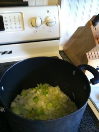 Pelar y picar la cebolla. También, lavar y picar todo el montón de corazones de apio (sí, incluso las partes de hoja!) Toss en la olla de sopa w / una mantequilla lil y aceite vegetal. Cocine por unos 15 minutos c / sal y pimienta