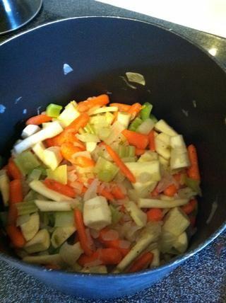 Cuando la cebolla esté transparente, y tierno apio, añadir el montón de zanahorias una chirivía y se remueve hasta ??????