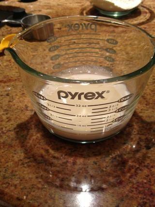 Combine la leche y el aceite. Me gusta usar una gran taza para medir líquidos.