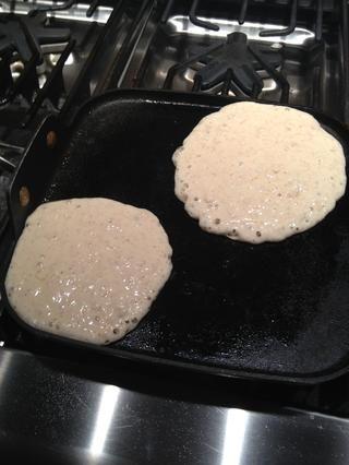 Vierta la mezcla sobre la plancha caliente en el tamaño deseado. Rocíe con aceite en aerosol para primero, y entre cada lote.