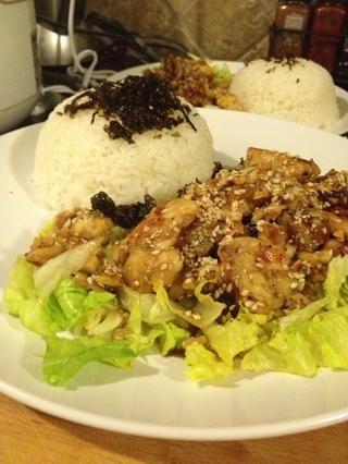 Servir con repollo en los floretes fondo o brócoli y arroz o arroz integral, si lo deseas. Será un buen uso un bol poner el arroz y verduras primero y luego el pollo.