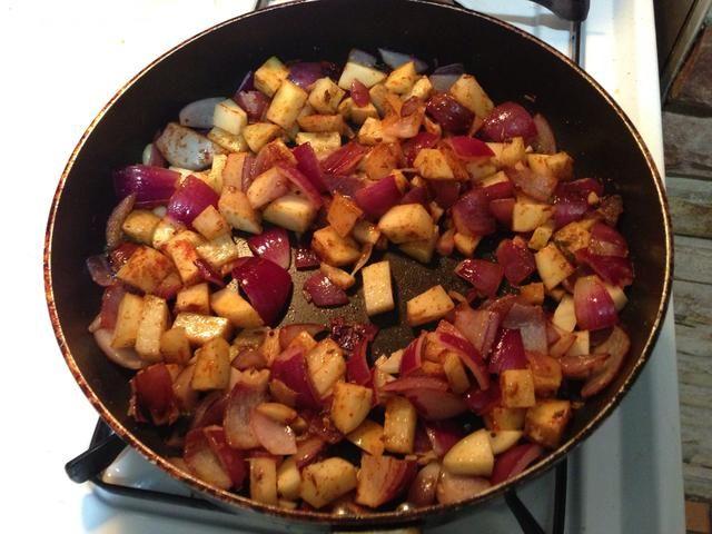 Añadir la patata cebolla chile rojo sal garam masala en polvo de comino en polvo de chile verde ajo y sofría durante 5 min