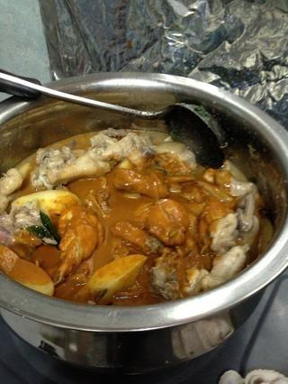 Agregue la mezcla de curry en polvo
