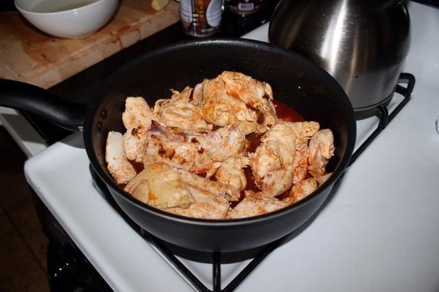 Añadir el pollo y el caldo.
